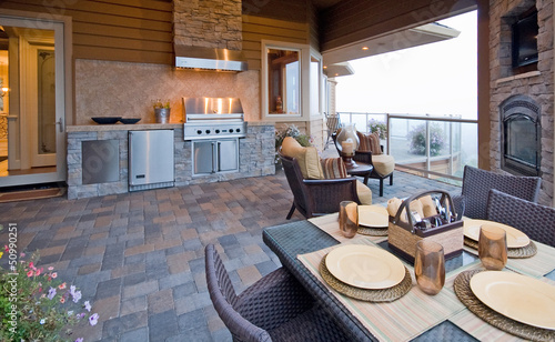 Fotografia Beautiful Outdoor Patio with Grill and Fireplace