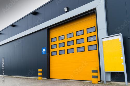 Cuadros en Lienzo yellow loading door