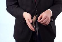 Mężczyzna Z Banknotami W Portfelu