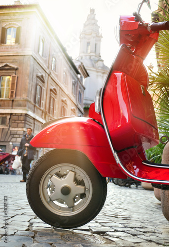 Spoed Foto op Canvas Scooter Roter Retrolook Motorroller in Rom - Red Scooter in Rome