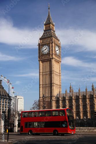 big-ben-z-czerwonym-pietrowym-w-londynie-w-wielkiej-brytanii