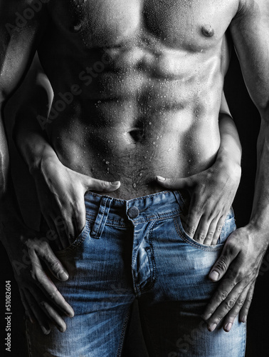 Fototapeta Seksowny facet w jeansach czarno-biała wysoka