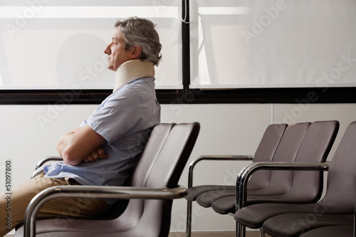 Fotografía  Man With Neck Injury Waiting In Lobby