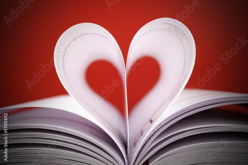 Fotografia  serce z białych kartek na czerwonym tle