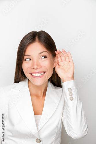 Foto  Geschäftsfrau, die mit der Hand zum Ohrkonzept hört