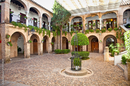 Foto Typical andalusian mudejar courtyard In Seville, Spain.