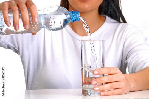 Fotografía  Mujer sirviendo agua potable en un vaso,agua mineral.