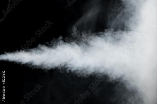 bialy-slad-dymu-na-czarnym-tle