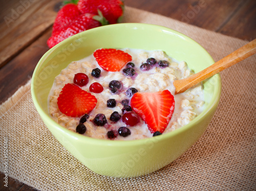 In de dag Milkshake porridge with fresh strawberry, blueberries and cranberry