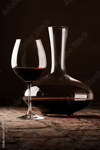 Photo Red wine in decanter on rustic stone floor