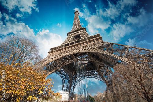 piekne-kolory-wiezy-eiffla-i-paryskiego-nieba