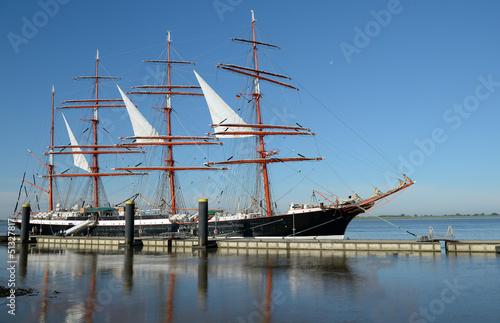 Obrazy na płótnie Canvas Sailing ship in the port