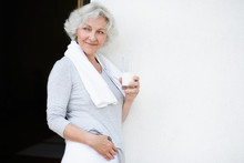 Grauhaarige Frau Nach Dem Workout Mit Einem Glas Milch