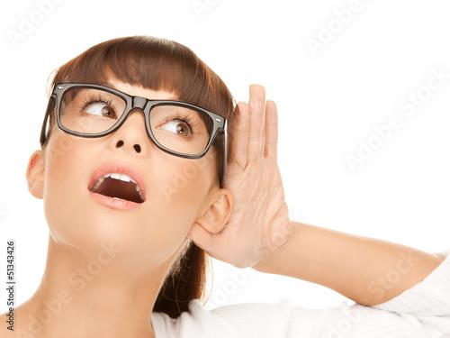 Foto  Glückliche Frau, die Klatsch hört