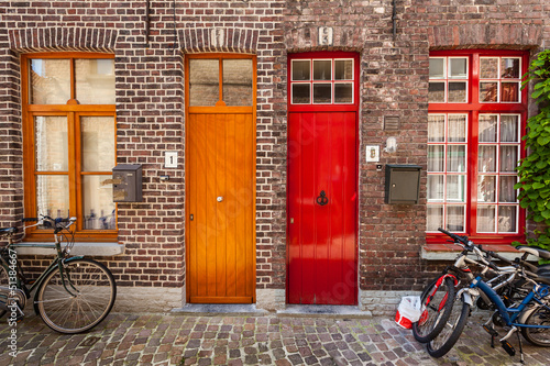 In de dag Brugge Doors of old houses and bicycles in european city Bruges (Brugge