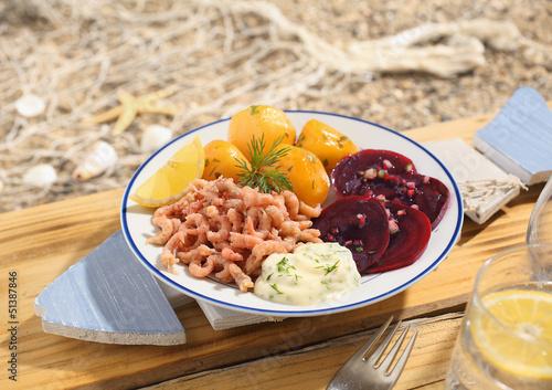 Klassisches Krabben- und rote Beete Menü im Strandrestaurant