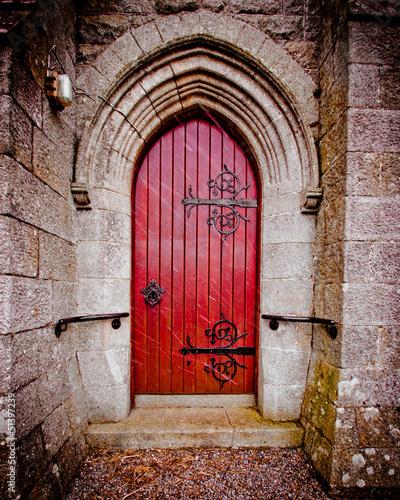 czerwony-drzwi-na-starym-kosciol-na-snieznym-dniu