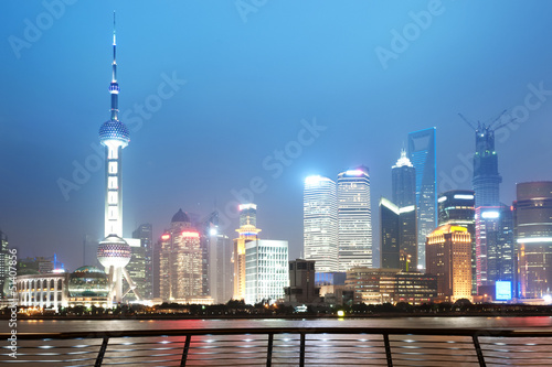 Photo Stands Beijing Beautiful Shanghai Pudong skyline at dusk