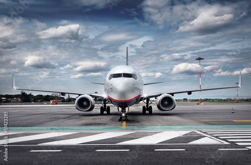 Foto op Plexiglas Vliegtuig Total View Airplane on Airfield with dramatic Sky
