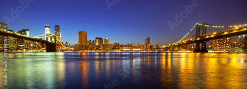 Photo  VIew of Manhattan and Brooklyn bridges and skyline at night