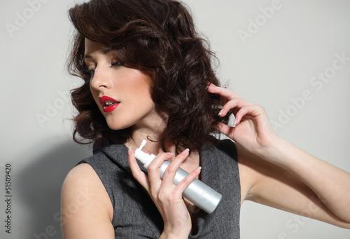 dziewczyna zapobiega wypadaniu włosów
