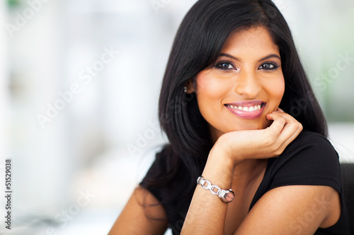 Photo  portrait of hispanic smiling businesswoman