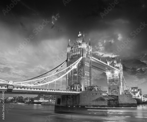 tower-bridge-czarno-biale-tlo