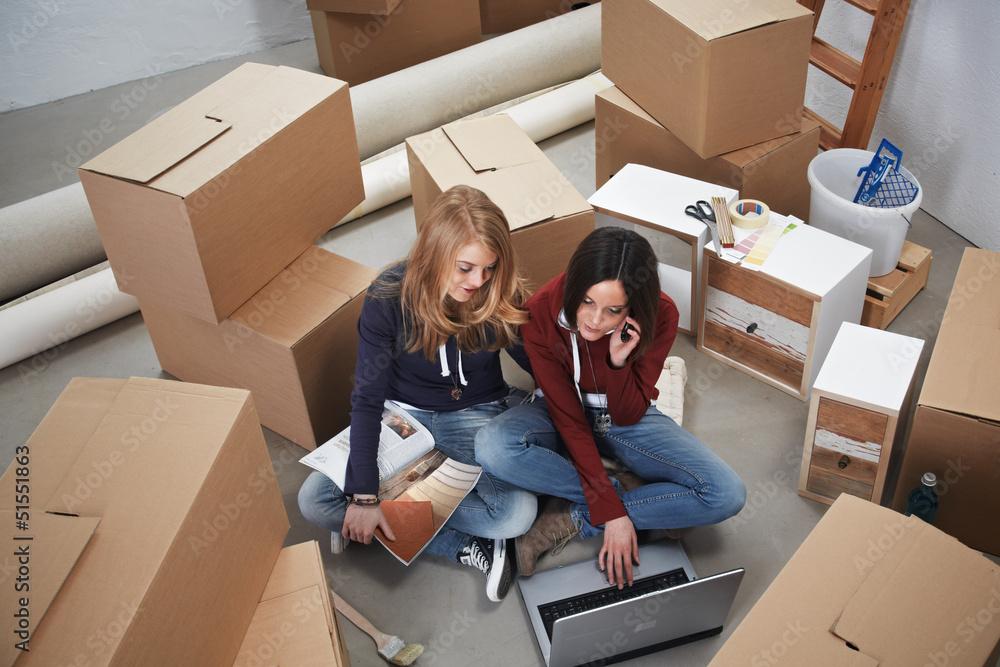 Fototapety, obrazy: 2 girls relocate
