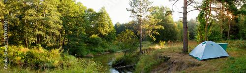 In de dag Kamperen Camping tent by river in forest