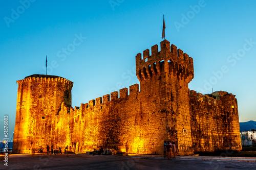 Fotomural Medieval Castle of Kamerlengo in Trogir Illuminated in the Night