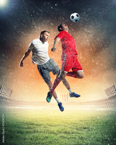 In de dag voetbal two football players striking ball