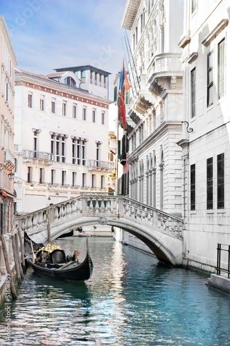 wenecja-kanal-z-gondola-wlochy