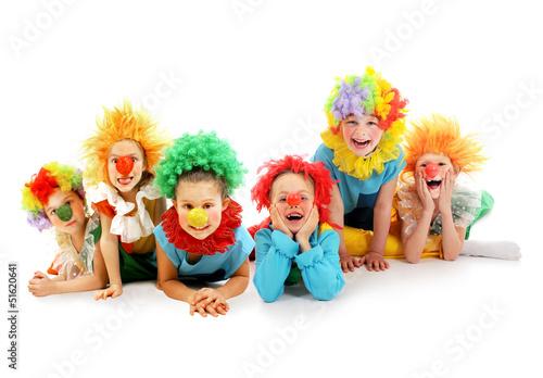 grupa-dzieciecych-klaunow-w-kolorowych-strojach-na-bialym-tle