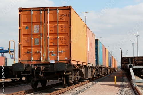 Container auf Bahnwaggons