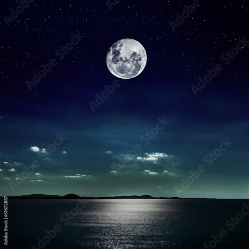 Fotobehang Volle maan Full moon reflected on the beach