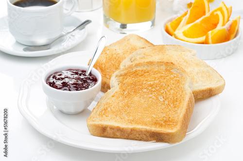 Fotografía  breakfast with toasts, jam, coffee and orange juice