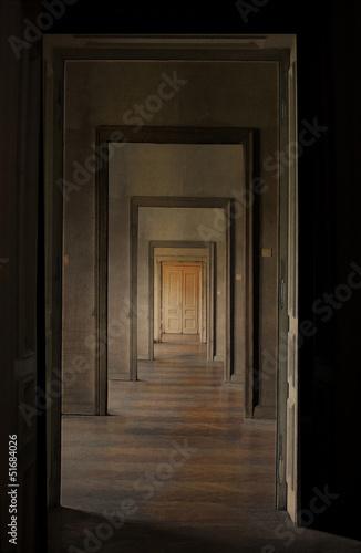 zamkniete-drzwi-na-koncu-korytarza-koncepcja-rytualu-przejscia