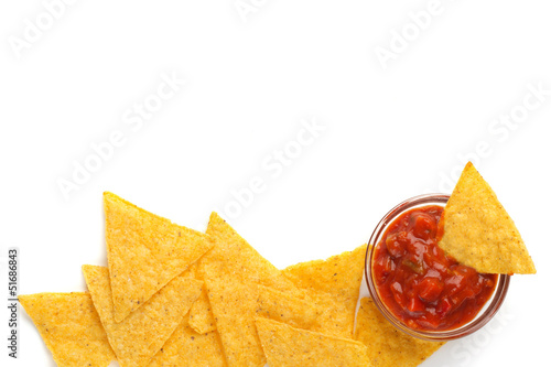 Fotografía  tortilla chips and spicy tomato sauce