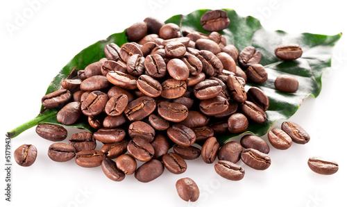 Salle de cafe Coffee beans on leaf.