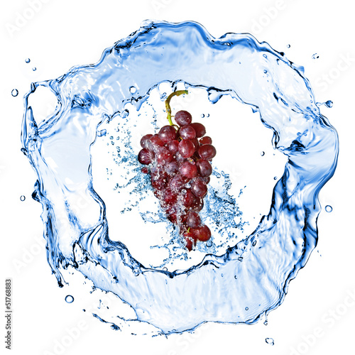 Poster Eclaboussures d eau blue grape with water splash isolated on white