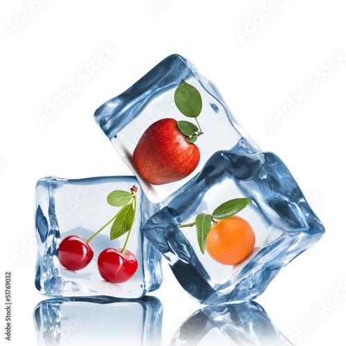 Poster Dans la glace fruits in ice cubes isolated on white