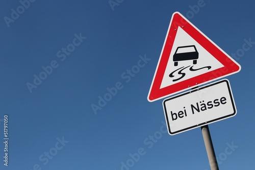 Papel de parede  Deutsches Verkehrszeichen: Schleudergefahr bei Nässe