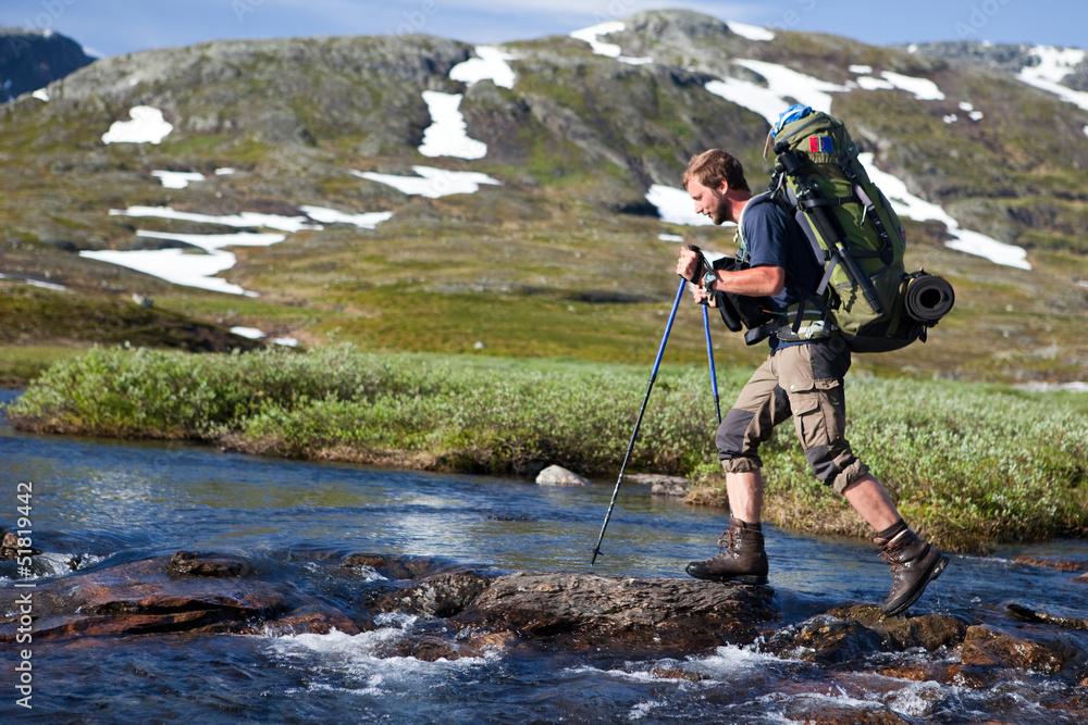 Fototapety, obrazy: Wanderer beim überqueren von Stromschnellen in Norwegen