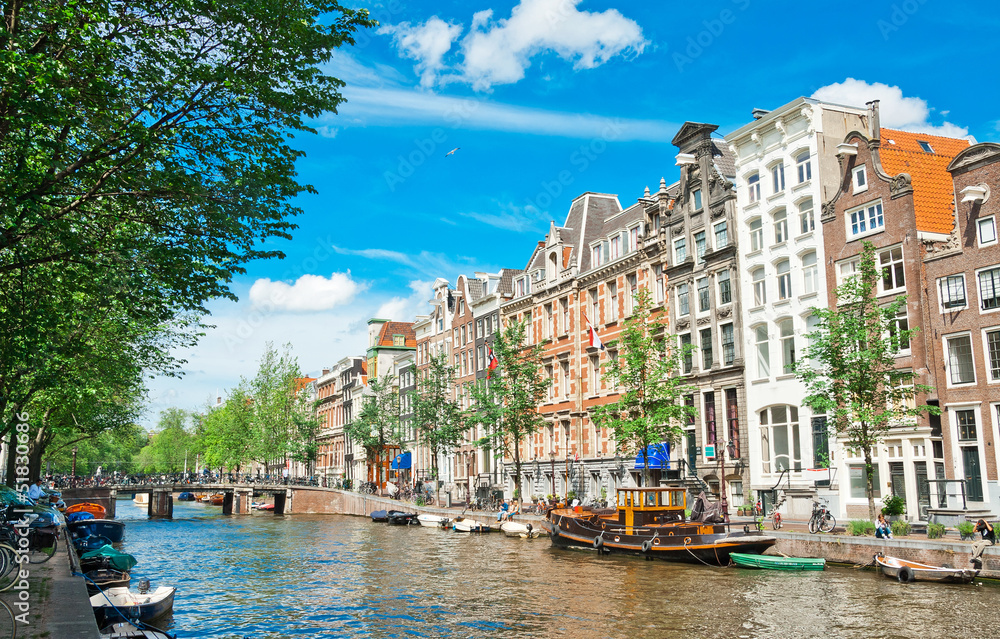 Photo  Amsterdam canals and typical houses with summer sky