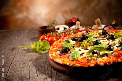 Foto  Delicious fresh pizza served on wooden table