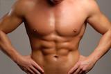 Torso y abdominales de un hombre musculoso.