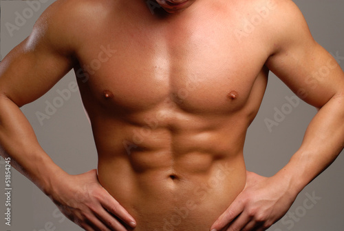 Fotografia Torso y abdominales de un hombre musculoso.