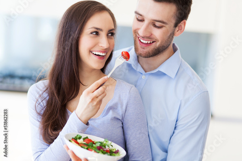 Photo  Couple eating salad