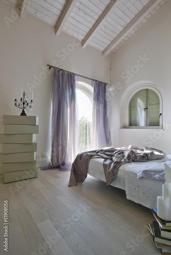 camera da letto moderna in mansarda – kaufen Sie dieses Foto und ...