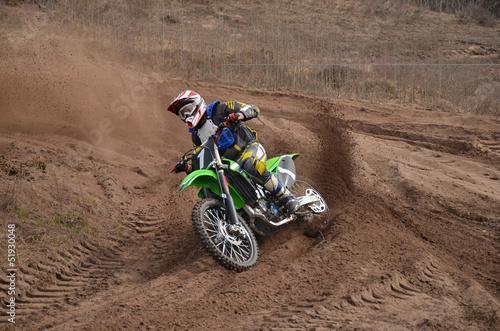 motocykl-mx-z-kierowca-strzela-z-zakretu